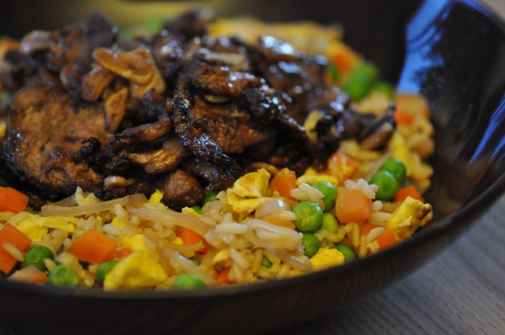 Ryż z warzywami i wołowiną z czosnkiem smażoną na maśle