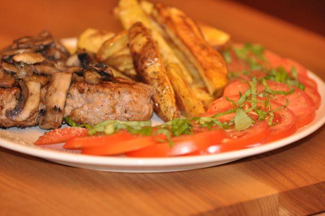 Kotlety mielone, ziemniaki pieczone, pieczarki i pomidory