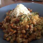 Tymiankowe risotto z chorizo, cieciorką i kurkami